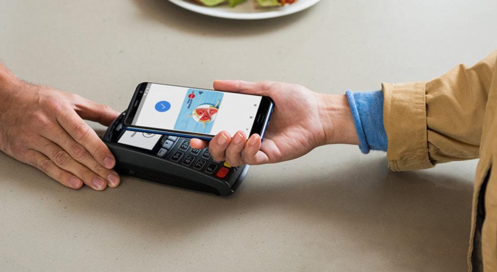 Repas qui est payé par un téléphone avec un ticket restaurant