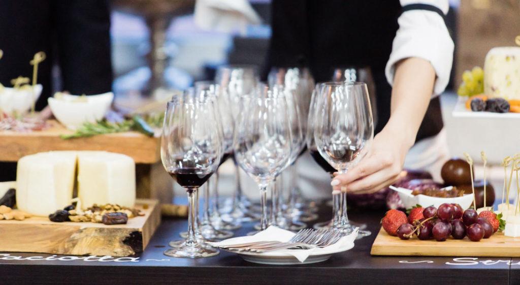 Serveur installant une table de cocktail dinatoire